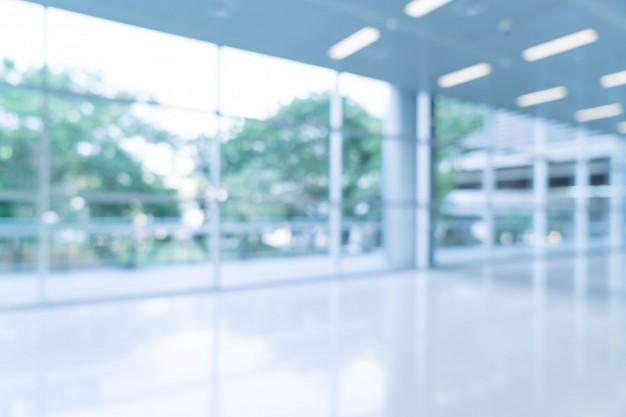 sfondo-astratto-sfocato-sfondo-vista-interna-guardando-verso-vuoto-ufficio-hall-e-porte-d-39-ingresso-e-parete-di-vetro-con-telaio_1339-6366.jpg